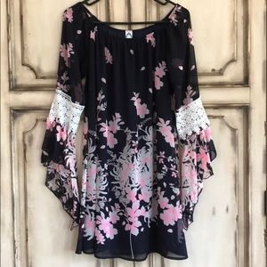 Dresses & Skirts - Adorable Dress flowing sleeves